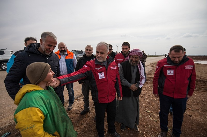 Turkish Red Crescent Chairman Kerem Ku0131nu0131k (center) talks with migrants in the Azez region of Afrin. (AA Photo)