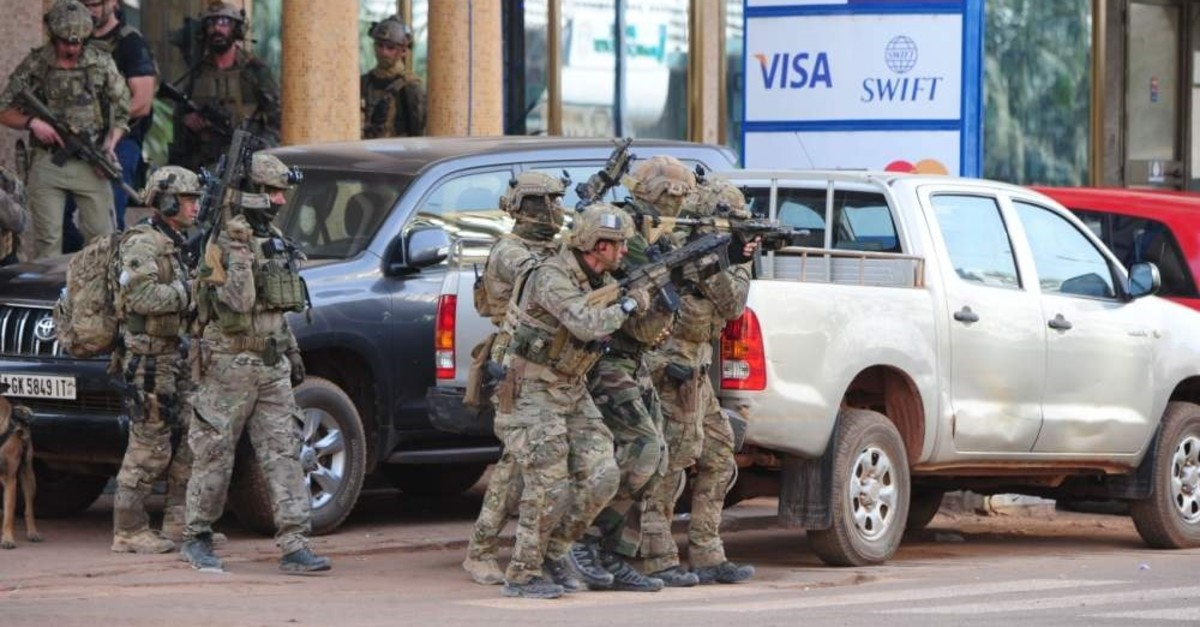 French special forces take position in the surroundings of the Splendid hotel following an attack by Al-Qaida linked gunmen, Ouagadougou, Jan. 16, 2016. (AFP Photo)