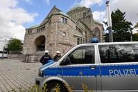 سيارة شرطة أمام كنيس في مدينة إيسه، ألمانيا (الفرنسية)