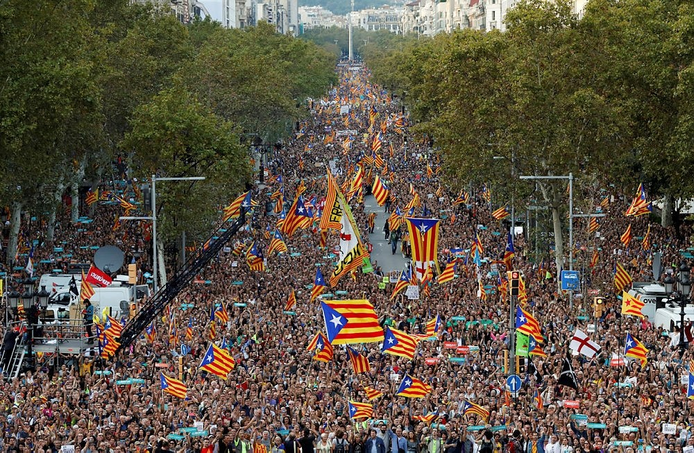 People wave Catalan separatist flags during a demonstration organised by Catalan pro-independence movements following the imprisonment of their two leaders, Barcelona, Spain, Oct. 21, 2017. (Reuters Photo)