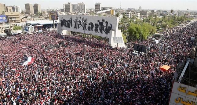الآلاف من أنصار الزعيم الشيعي مقتدى الصدر يجتمعون بالمنطقة الخضراء وسط بغداد (رويترز)