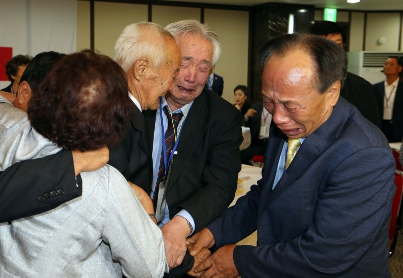 North Korean Cho Dok Yong (2nd L), 88, meets with his South Korean brother Cho Sang-yong (C), 80, during the first meetings of a three-day family reunion event at the North's Mount Kumgang resort on August 24, 2018. (AFP Photo)