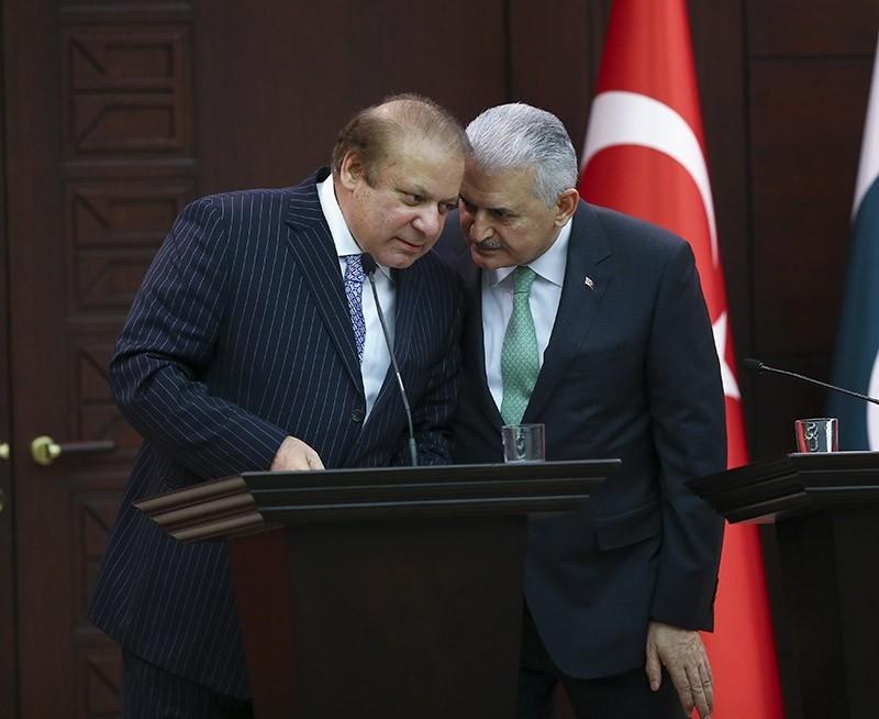Turkish PM Binali Yu0131ldu0131ru0131m (R) talks to his Pakistani counterpart Nawaz Sharif (L) during a press conference in Ankara, Turkey on Feb. 23, 2017. (AA Photo)