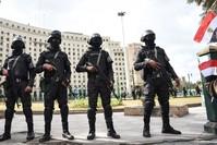 أرشيفية- عناصر من الشرطة المصرية تطوق ميدان التحرير قبيل إحياء ذكرى ثورة 25 يناير. وكالة الأنباء الفرنسية