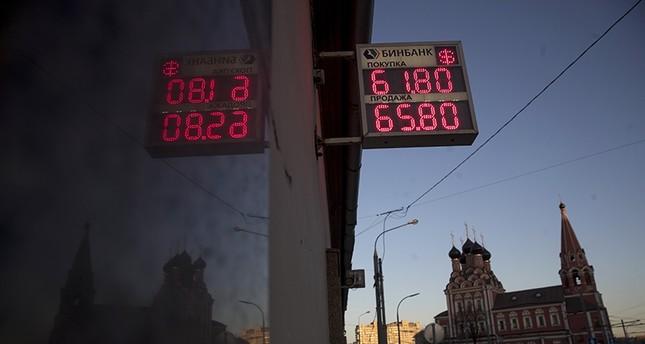 لوحة صرف العملات في أحد شوارع موسكو (Ap)