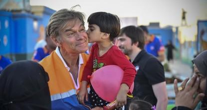 الجرّاح العالمي أوز: زيارتي لمخيمات اللاجئين السوريين غيّرتني للأبد