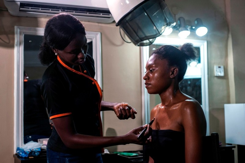 A beautician applies a skin toning treatment on a woman at a beauty salon in Lagos, Nigeria, July 13, 2018. (AFP Photo)