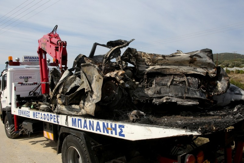 A crane removes the burnt vehicle where 11 people thought to be migrants died after colliding with a truck, in Kavala, Greece, October 13, 2018. (Intimenews/Elias Kotsireas via Reuters)