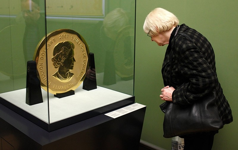 visitor of the Bode Museum observes the 100kg heavy gold coin 'Big Maple Leave' in Berlin, Germany, 08 December 2010. (EPA Photo)