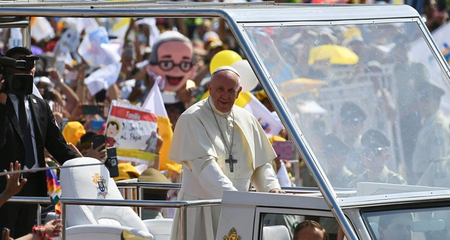 Pope Francis arrives on the popemobile at the site at Lobitos Beach, near the northern Chilean city of Iquique, where he will celebrate an open-air mass on January 18, 2018. (AFP Photo)