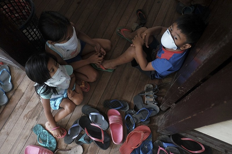 Local residents take refuge in an evacuation center following recent activity of the Mayon Volcano, in Camalig town, Albay Province, Philippines, Jan. 15, 2018. (EPA Photo)