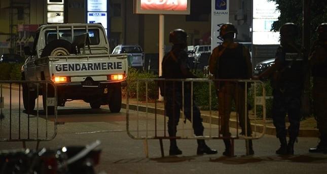 قوات الشرطة ببوركينا فاسو أثناء قيامها بدوريات بعد الهجود الإرهابي (وكالة الأنباء الفرنسية)