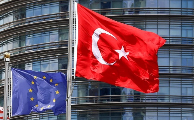 European Union, left, and Turkish flag fly outside a hotel in Istanbul, Turkey, May 4, 2016. Reuters Photo