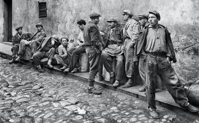 A photo by Ara Güler of some men on an Istanbul street.