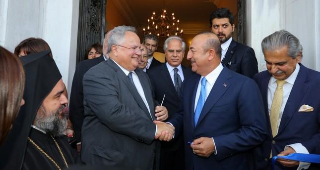 تشاوش أوغلو ونظيره اليوناني نيكوس كوجياس أثناء افتتاح مقر القنصلية اليونانية بإزمير  (وكالة الأناضول للأنباء)