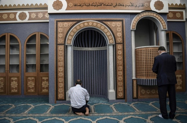 Muslims pray in a new mosque in Athens, the first official place of worship for Athens Muslims in over a century. (AFP Photo)