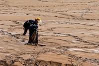 رجال الإنقاذ في المواقع المتضررة بالسيول (رويترز)