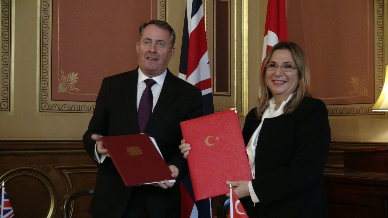 Trade Minister Ruhsar Pekcan (R) and U.K. Secretary of State for International Trade Liam Fox (L) signed the 6th term U.K.-Turkey JETCO memorandum of understanding (MoU) in London, Sept. 12.