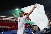 فرحة اللاعبين الجزائريين بعد الفوز (الفرنسية)