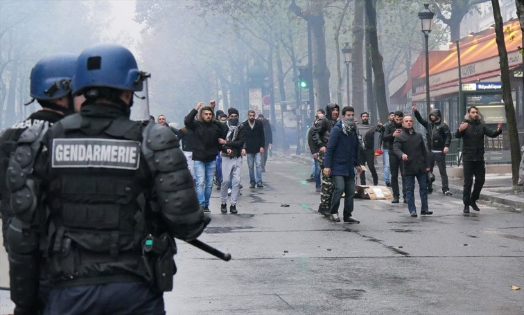 Pro-PKK mob clashes with French police and attacks Turkish demonstrators protesting terror in Paris, France on Nov. 20, 2016.