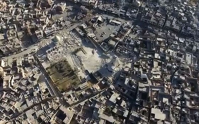 An image grab taken from a video released online by the Daesh's Amaq propaganda agency on June 23, 2017 shows Mosul's trademark leaning minaret (C) destroyed after terrorists blew it up. (AFP Photo)