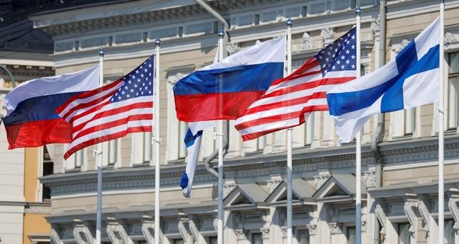 العلمان الروسي والأمريكي في هلسنكي حيث ستعقد القمة (رويترز)