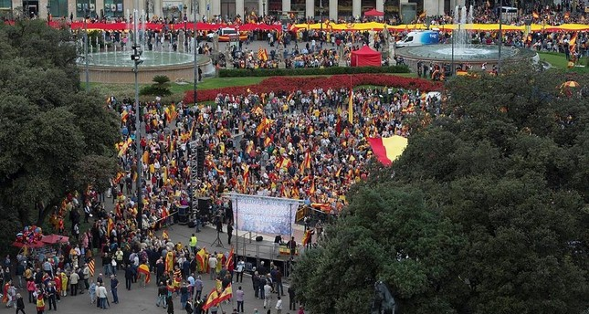 People against the independence of Catalonia wave flags during a demonstration for the unity of Spain marking the Spanish National Day (Dia de la Hispanidad), on Catalunya square in Barcelona on October 12, 2016. (AFP Photo)