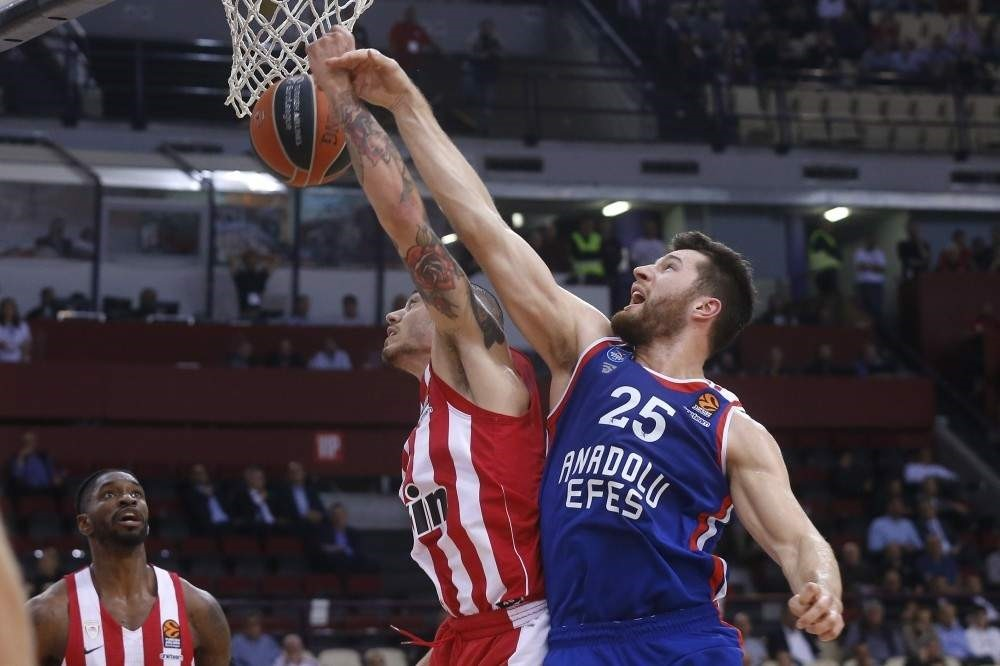 Anadolu Efes forward Alec Peters (R) vies for the ball against his Olympiacos opponent during the Euroleague Week 7 match at the Peace and Friendship Stadium, Piraeus, Greece, Nov. 7, 2019. (AA Photo)