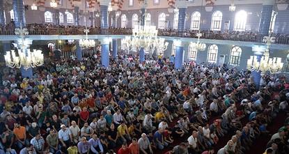 مساجد تركيا تكتظ بملايين المصلين في عيد الفطر