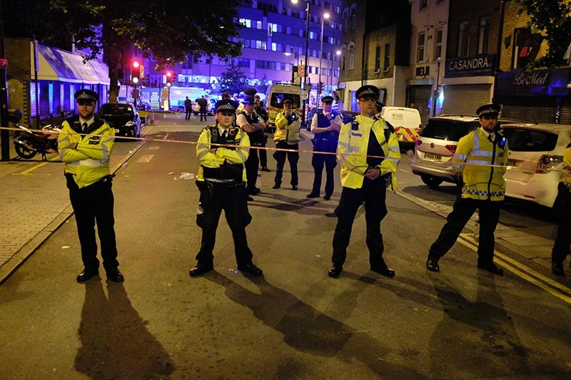 Police cordon off a Street in the Finsbury Park area of North London after a vehicle hit pedestrians on June 19, 2017. (AFP Photo)