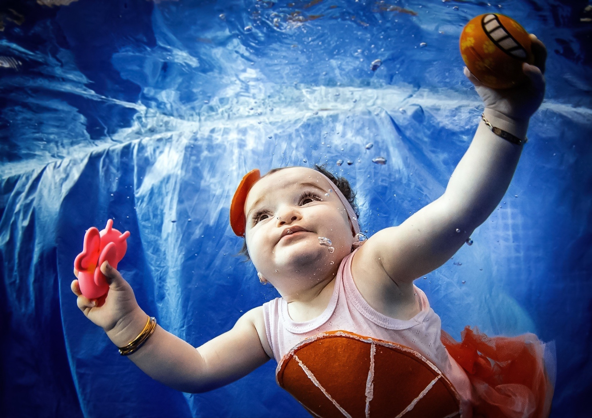 Infant swimming adds balance, coordination and motor skills, strengthens muscles, improves lungs, supports psychological and social development, increases self-confidence and regulates eating, gas and sleep problems.