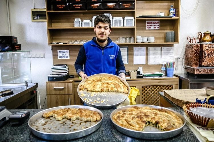 The Hanu0131meli pastry shop offers spinach, cheese and minced meat burek in the neighborhood.
