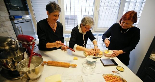 نساء مشرقيات يحضرن طعاماً تراثياً (أرشيف- الأناضول)