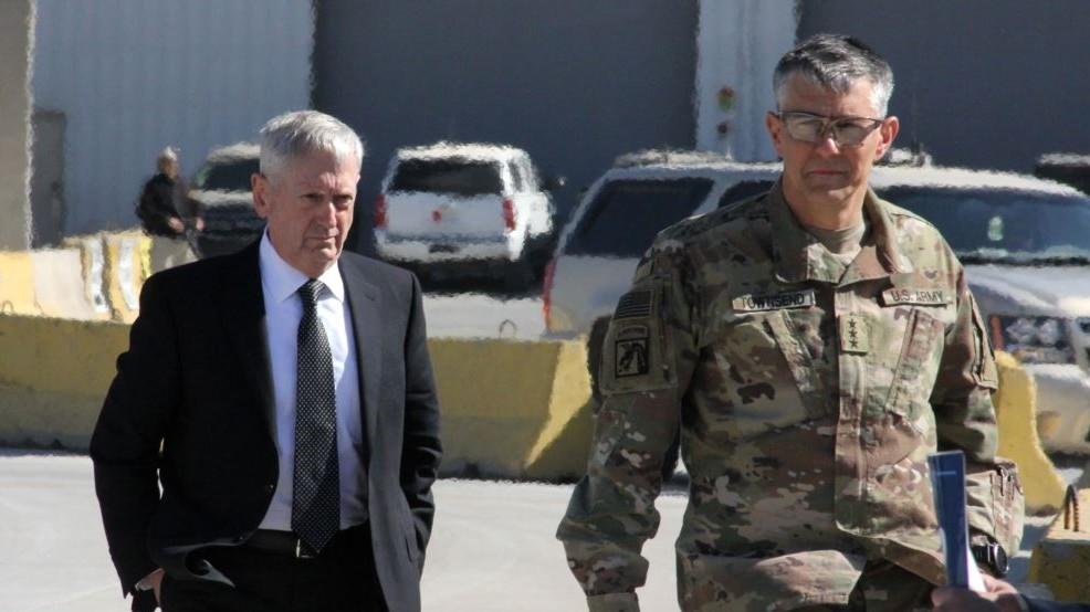 U.S. Lieutenant General Stephen Townsend (right) welcomes U.S. Defense Secretary Jim Mattis to Baghdad in February, 2017. (AFP Photo)