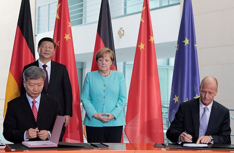 Airbus CEO Thomas Enders and Vice President of CAS Sun Bo take part in a contract signing ceremony as German Chancellor Angela Merkel and Chinese President Xi Jinping look on at the Chancellery in Berlin, Germany, July 5, 2017. (Reuters Photo)
