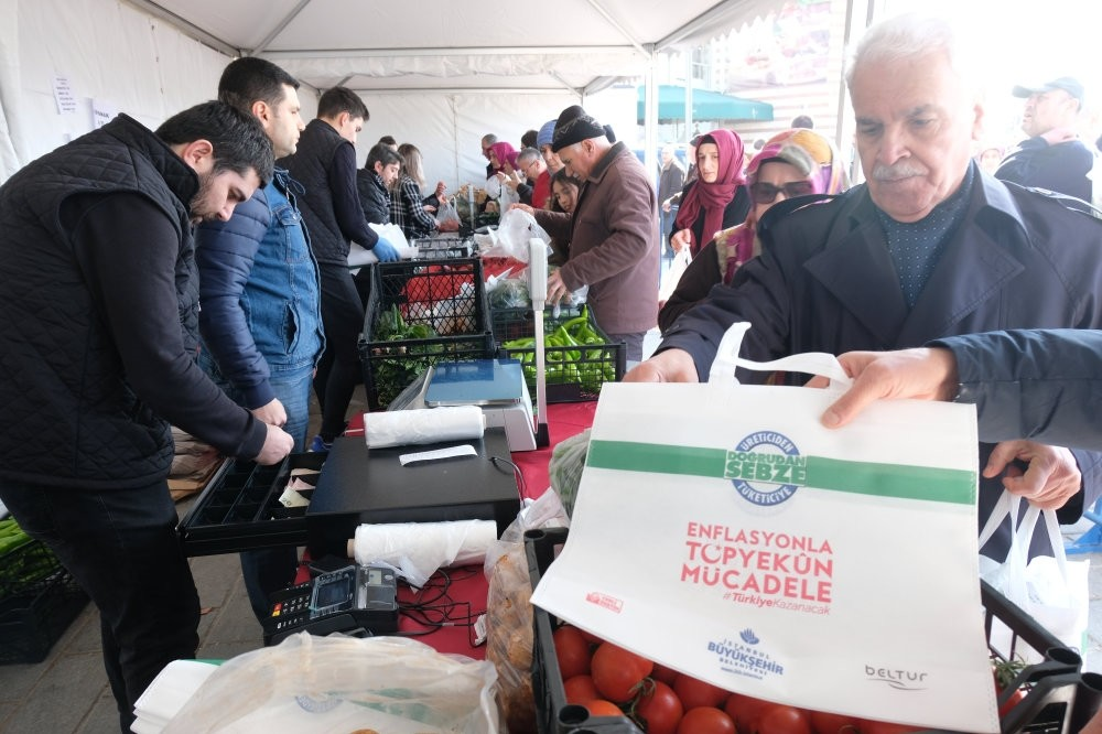 People are buying vegetables at affordable prices at one of the 51 direct sale points established in Istanbul, Feb. 12, 2019.