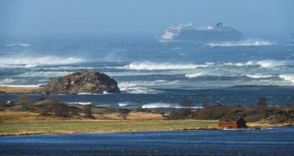 النرويج تواصل إجلاء 1400 راكب من سفينة تعطل محركها وسط أمواج عاتية