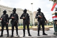 قوات أمن مصرية في ساحة التحرير (الفرنسية)