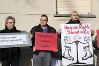Die syrischen Kurden protestierten am Samstag vor der PYD-Vertretung in Berlin und verlangten, dass der syrische PKK-Ableger als Terrororganisation anerkannt wird.  Siamend Hajo, der für die...