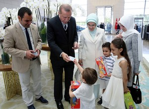 Erdoğan gives Turkish ID cards to Bana Alabed and her family