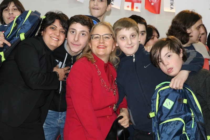 Turkish ambassador to Tbilisi Fatma Ceren Yazgan (center) poses with the children and officials at AISI. (AA Photo)