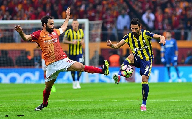 This file photo shows Galatasaray midfielder Selçuk İnan (L) and Fenerbahçe midfielder Alper Potuk fighting for the ball during the Super League match at the Türk Telekom Stadium in Istanbul, on April 24, 2017. (IHA Photo)