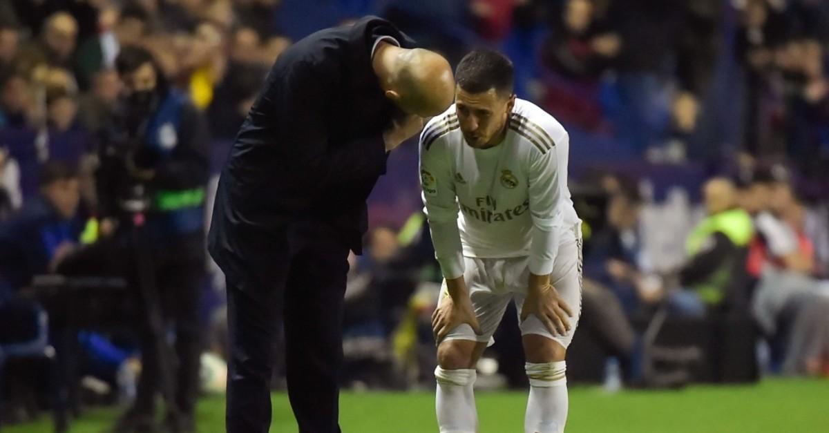 Coach Zidane talks to Hazard during a Spanish league match against Levante in Valencia, Feb. 22, 2020. (AFP Photo)