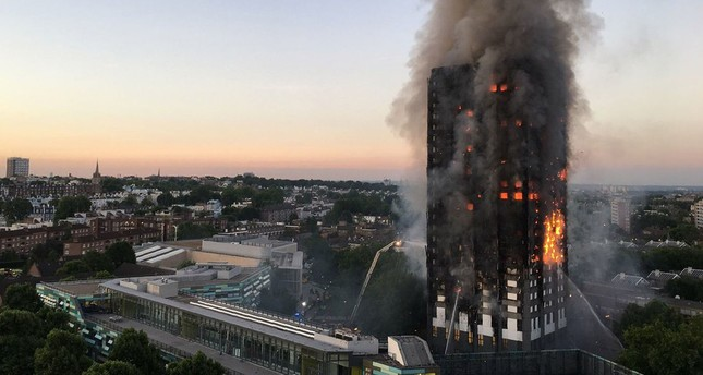 This handout image received by local resident Natalie Oxford early on June 14, 2017 shows flames and smoke coming from a 27-storey block of flats after a fire broke out in west London. (AFP Photo)