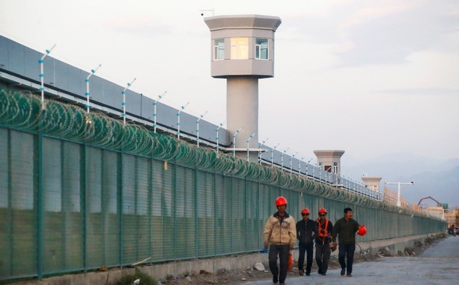 Workers walk by the perimeter fence of a Chinese concentration camp in Dabancheng in Xinjiang Uighur Autonomous Region, China September 4, 2018. (Reuters Photo)