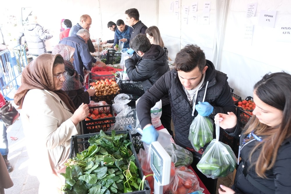 Direct sale points launched on Monday to offer vegetables & fruit to average consumers at affordable prices have already forced grocery chains to lower prices. Officials are now planning to transform these sale points into stores run by cooperatives.