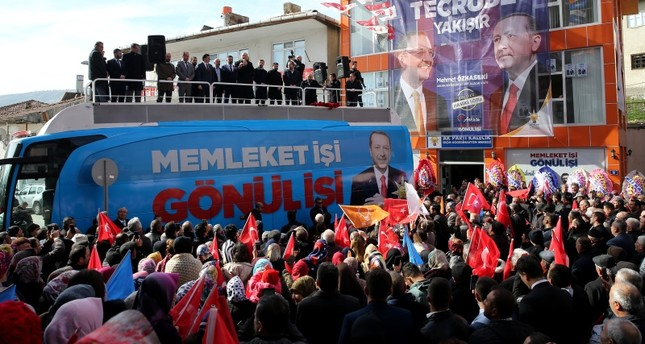 وزير الداخلية التركي صليمان صويلو خلال افتتاح مكتب لحزب العدالة والتنمية  في إحدى المناطق بأنقرة