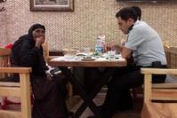 المسنة السورية بصحبة رجال الشرطة في المطعم (IHA)