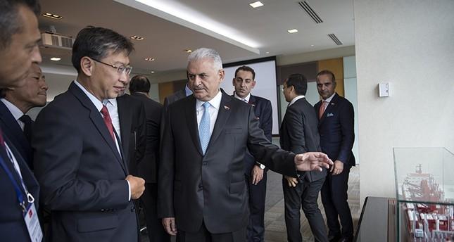 رئيس الوزراء التركي بن علي يلدريم أثناء زيارته لإدارة الموانئ بدولة سنغافورة  (وكالة إخلاص للأنباء)