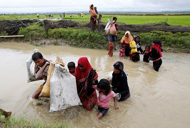 A group of Rohingya refugee people cross a canal as they walk towards Bangladesh after crossing the Bangladesh-Myanmar border in Teknaf, Bangladesh, September 1, 2017. (Reuters Photo)